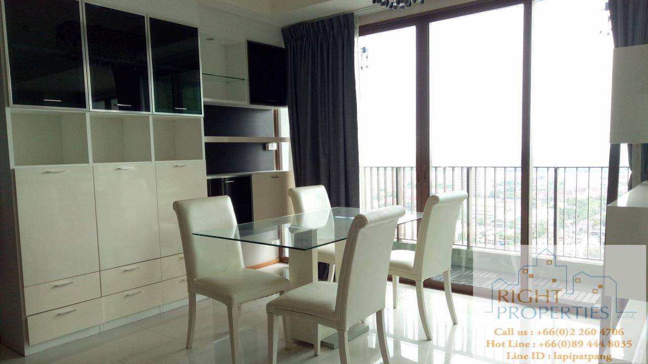 Right Properties Agency's Amazing view high floor unit on Prompong area. Right in the center of Sukhumvit 24. Spacious living area. 2