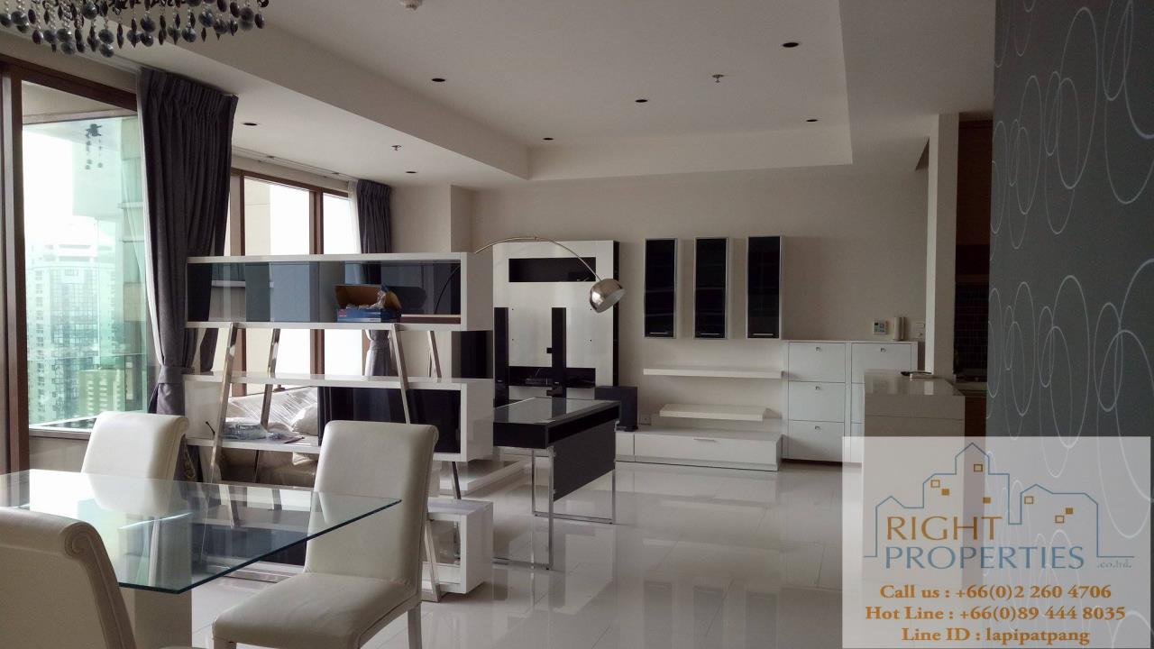 Right Properties Agency's Amazing view high floor unit on Prompong area. Right in the center of Sukhumvit 24. Spacious living area. 1