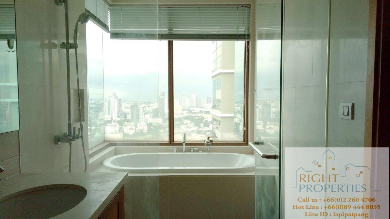 Right Properties Agency's Amazing view high floor unit on Prompong area. Right in the center of Sukhumvit 24. Spacious living area. 5