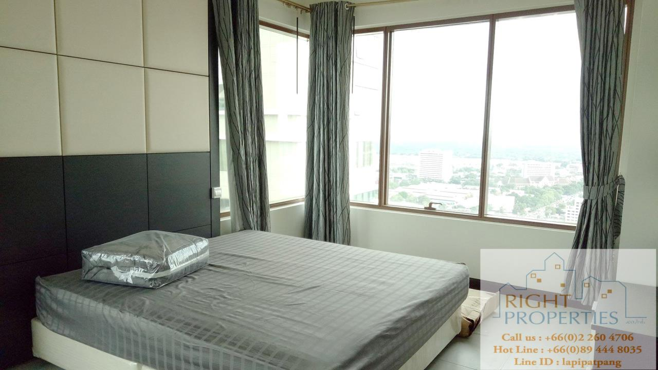 Right Properties Agency's Amazing view high floor unit on Prompong area. Right in the center of Sukhumvit 24. Spacious living area. 4