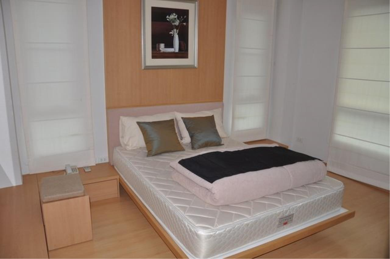 Piri Property Agency's Bright 2 Bedrooms in the The Bangkok 61 Building for rent on mid floor 1