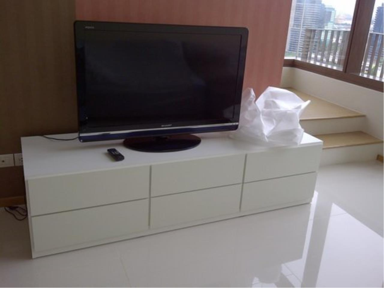 Piri Property Agency's Duplex 1 Bedroom Condo in the Emporio Place building for rent on high floor 3