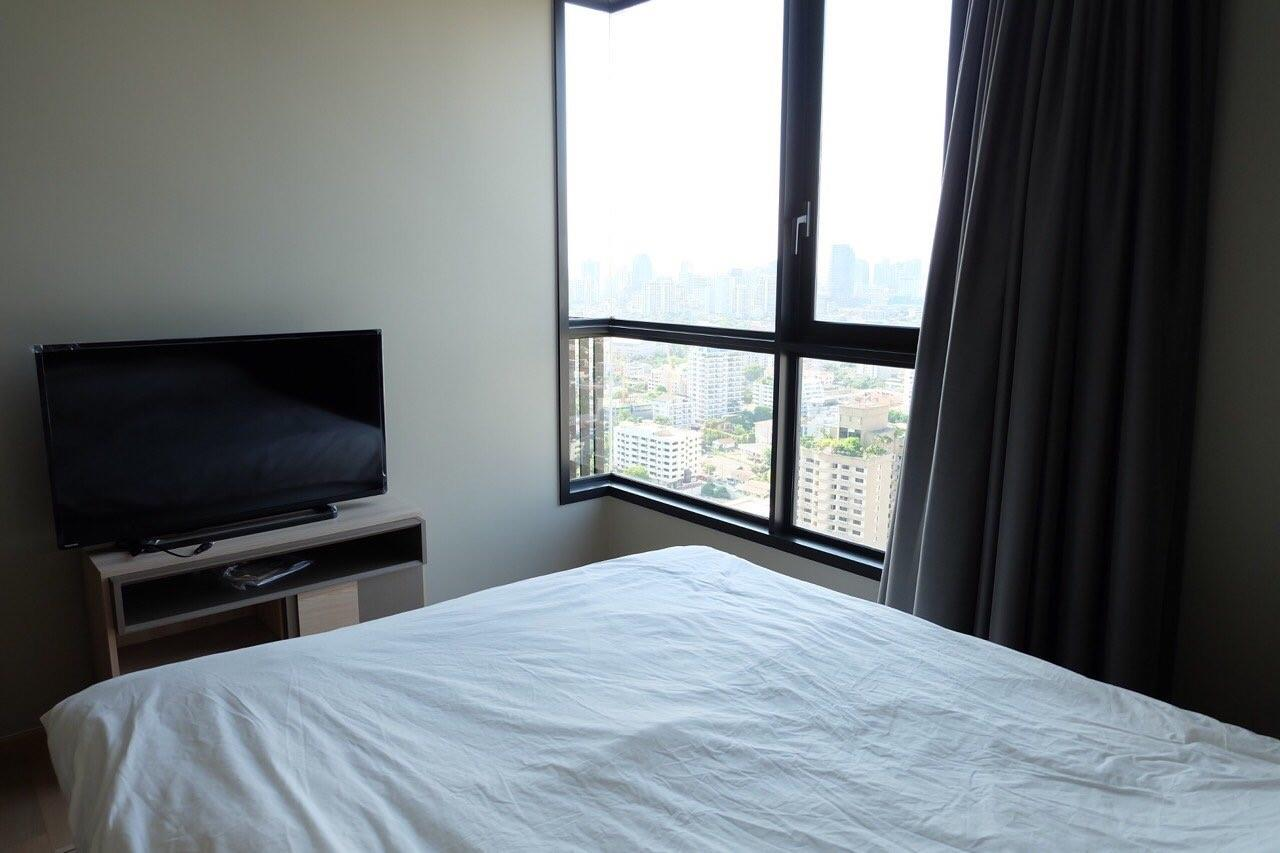 Piri Property Agency's Modern 2 Bedrooms in the HQ Condo for rent on high floor 11