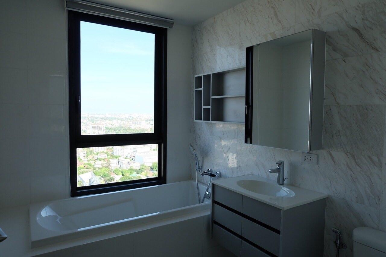Piri Property Agency's Modern 2 Bedrooms in the HQ Condo for rent on high floor 6