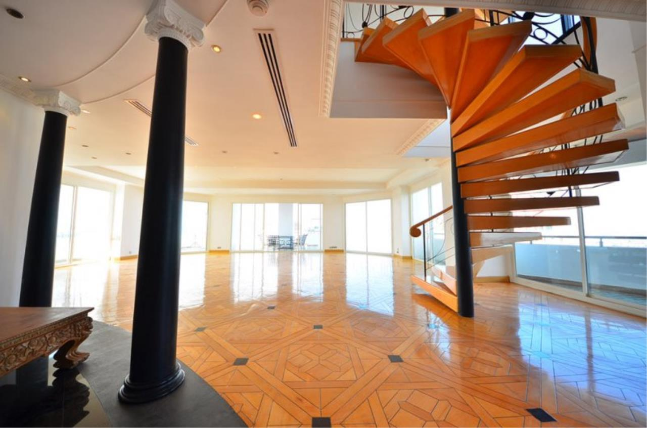 Piri Property Agency's Triplex Penthouse 5 Bedrooms in the Saichol Mansion Condo for rent on high floor 1
