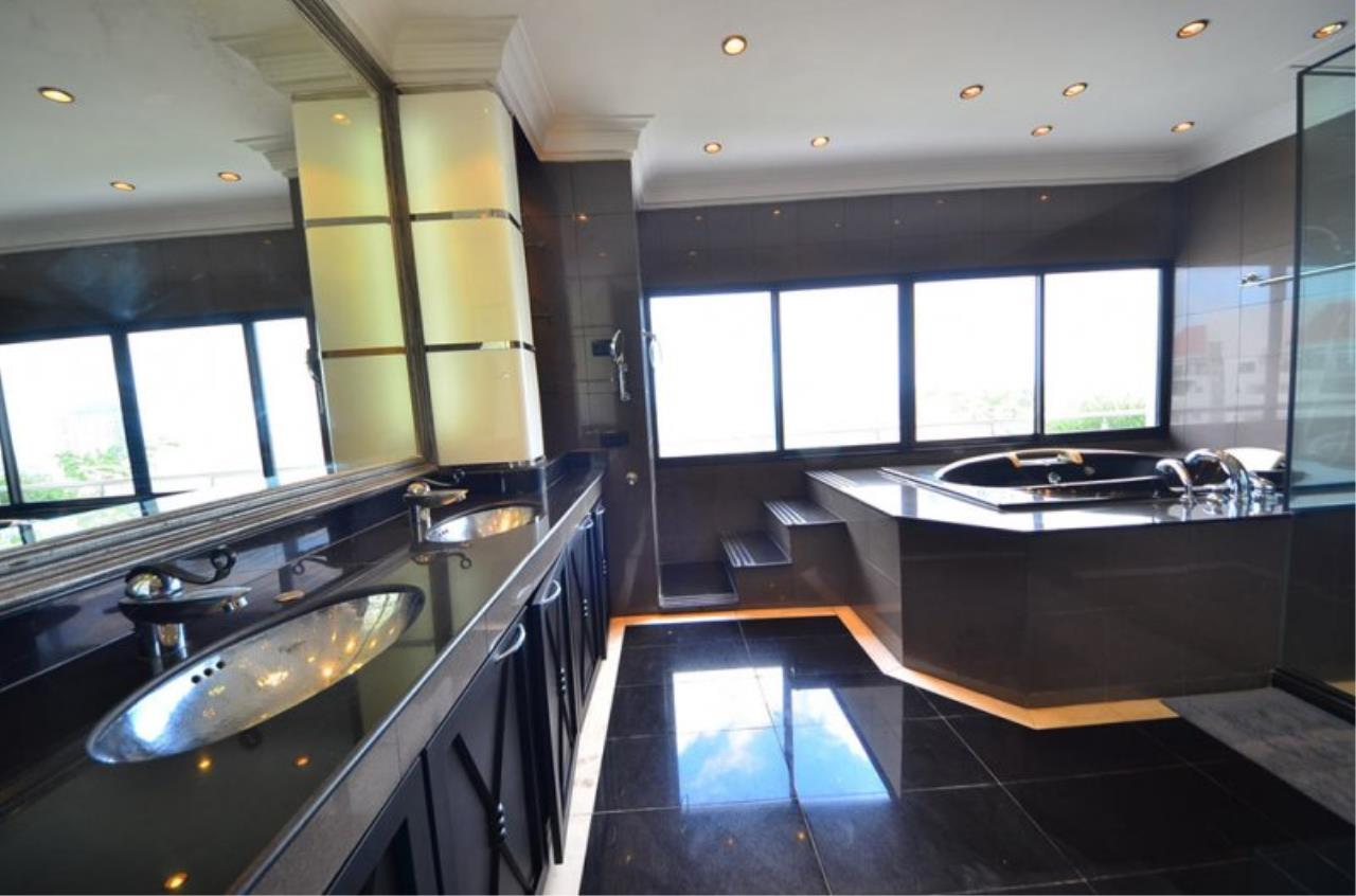 Piri Property Agency's Triplex Penthouse 5 Bedrooms in the Saichol Mansion Condo for rent on high floor 7