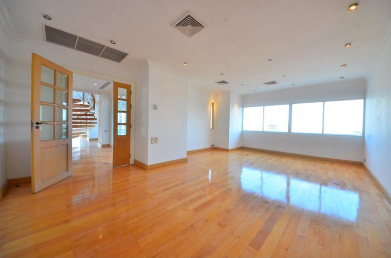 Piri Property Agency's Triplex Penthouse 5 Bedrooms in the Saichol Mansion Condo for rent on high floor 12