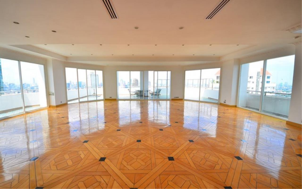 Piri Property Agency's Triplex Penthouse 5 Bedrooms in the Saichol Mansion Condo for rent on high floor 2