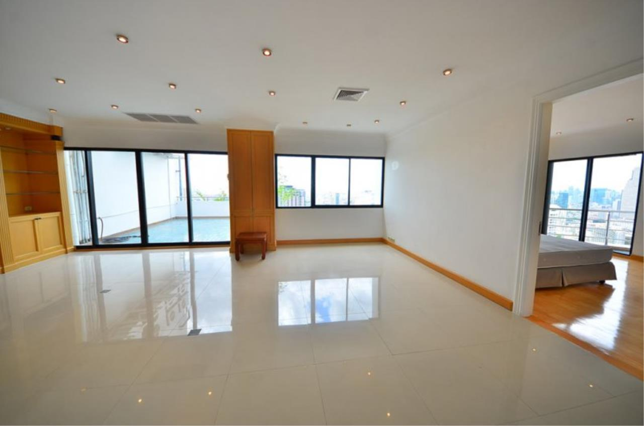Piri Property Agency's Triplex Penthouse 5 Bedrooms in the Saichol Mansion Condo for rent on high floor 3