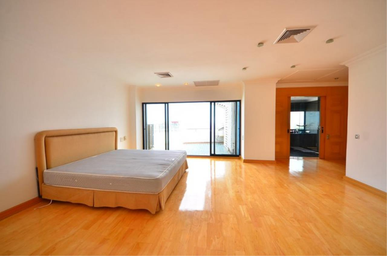 Piri Property Agency's Triplex Penthouse 5 Bedrooms in the Saichol Mansion Condo for rent on high floor 4