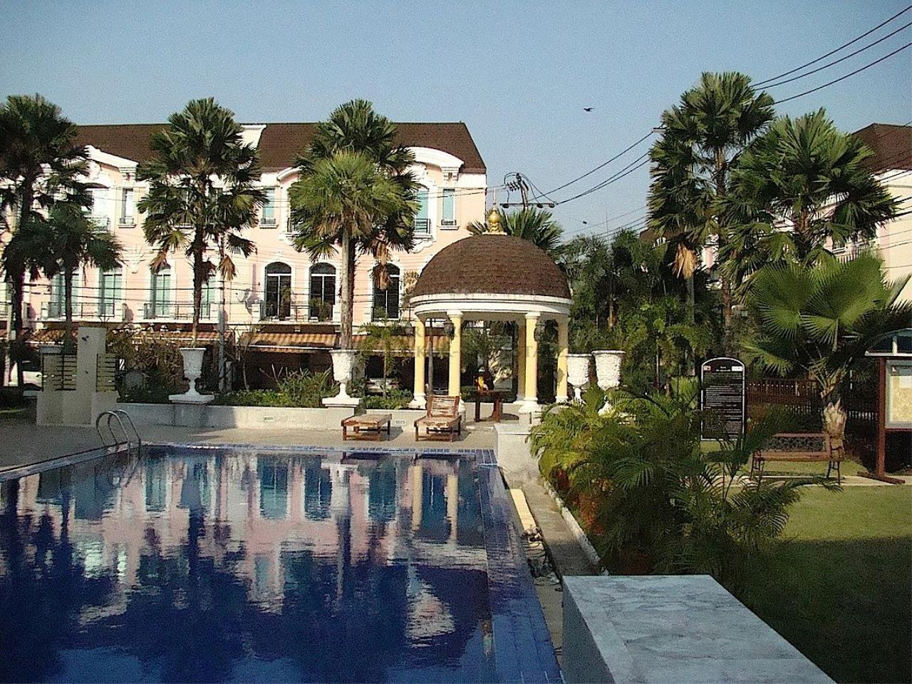Piri Property Agency's Beautiful Compound in Baan Klang Muang The Paris 12