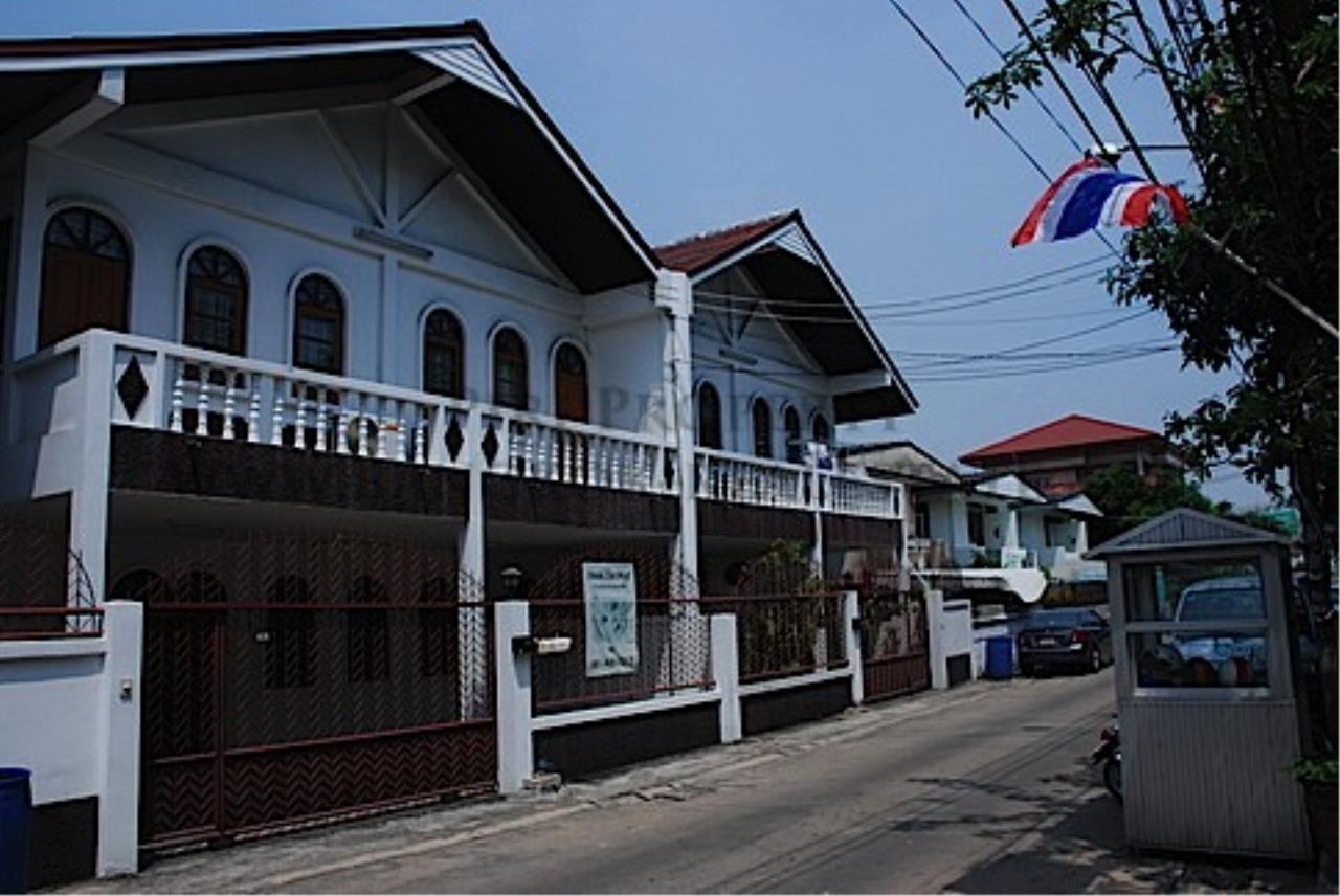 Piri Property Agency's House in Soi Soonvijai for Rent 1