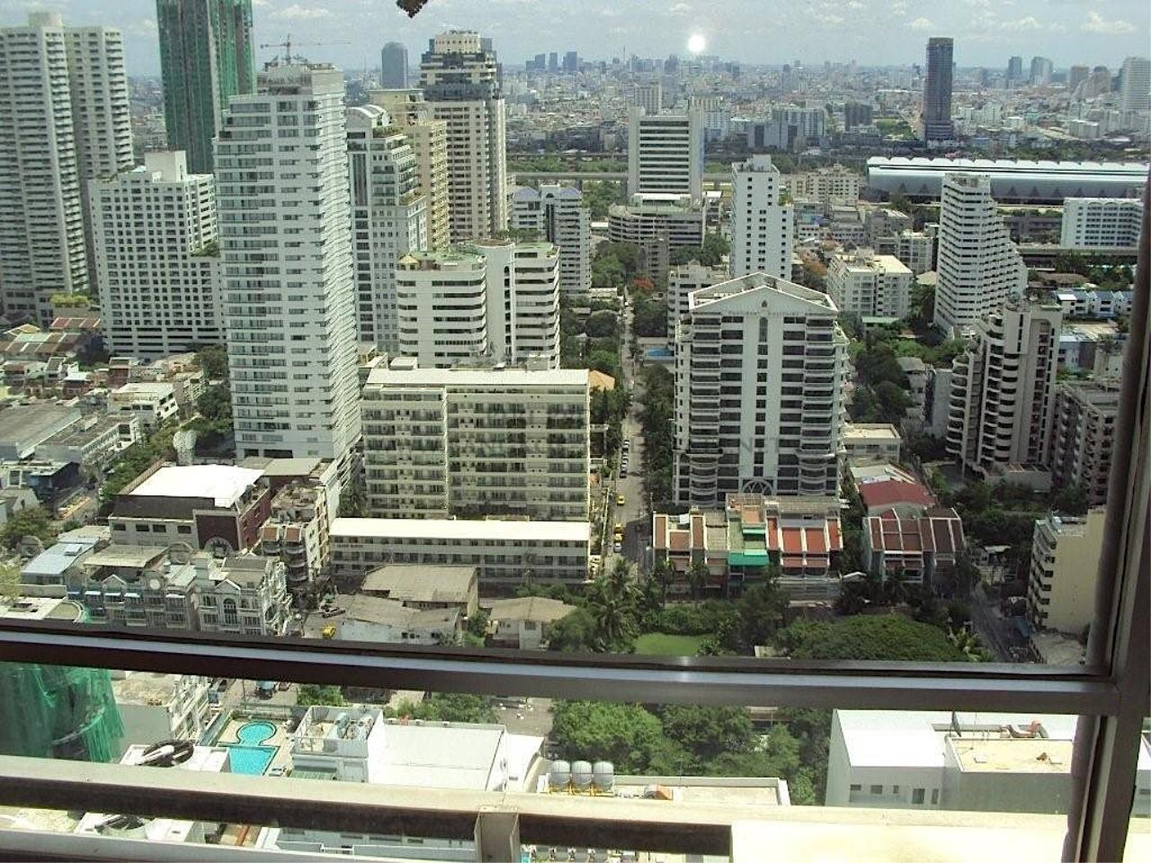 Piri Property Agency's Sukhumvit Suites - High Floor Studio with great View 4