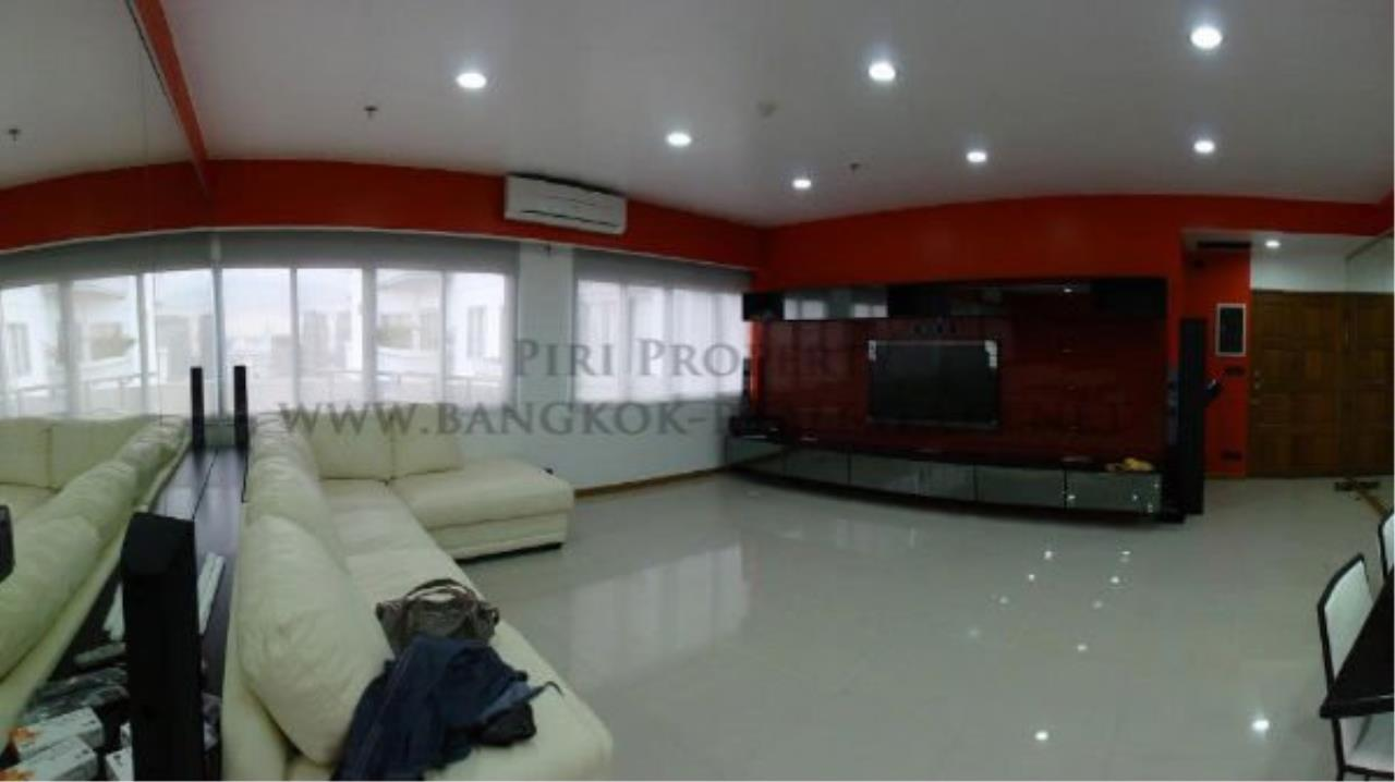 Piri Property Agency's Spacious and Renovated 3 BR Condo near Ploenchit BTS 3