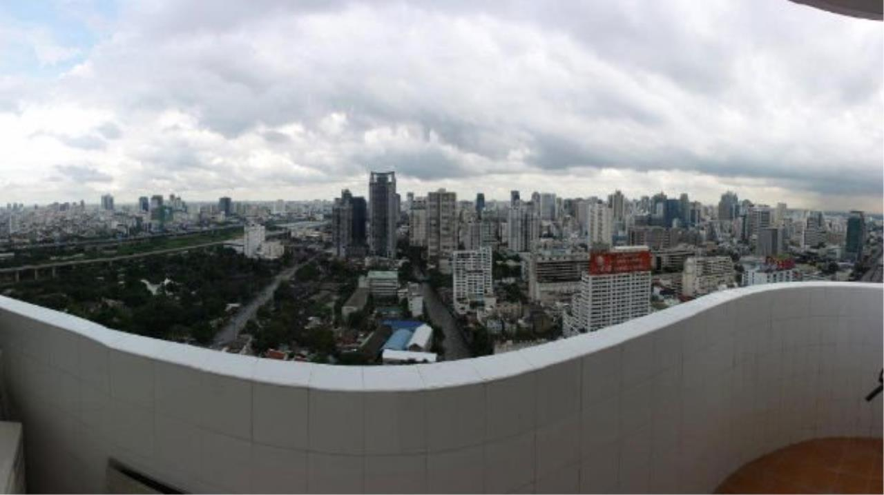 Piri Property Agency's Spacious and Renovated 3 BR Condo near Ploenchit BTS 8