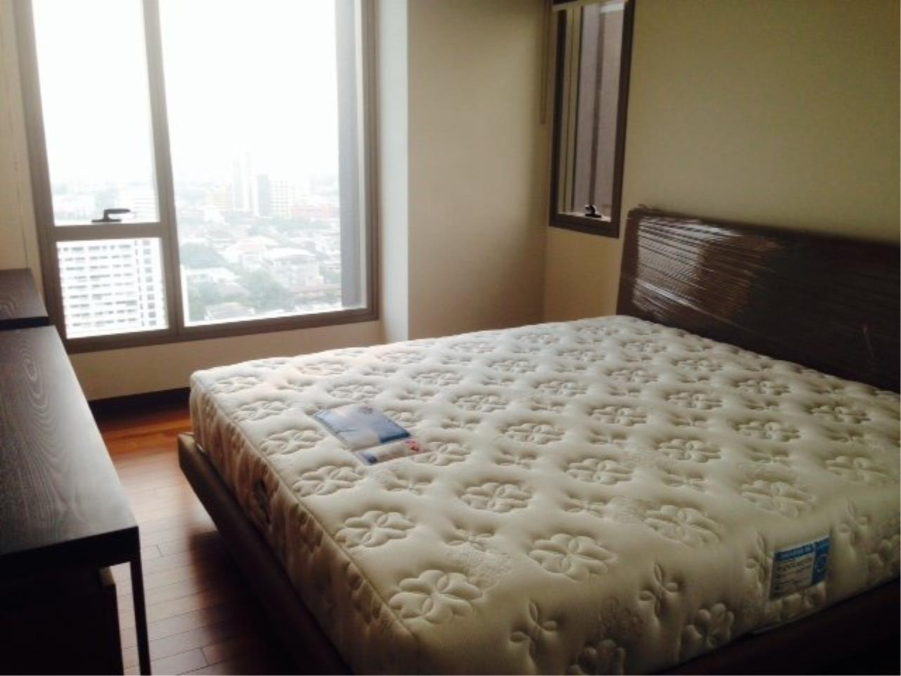 Piri Property Agency's Bright 2 Bedrooms Condo in the Ashton Building for rent on high floor 4