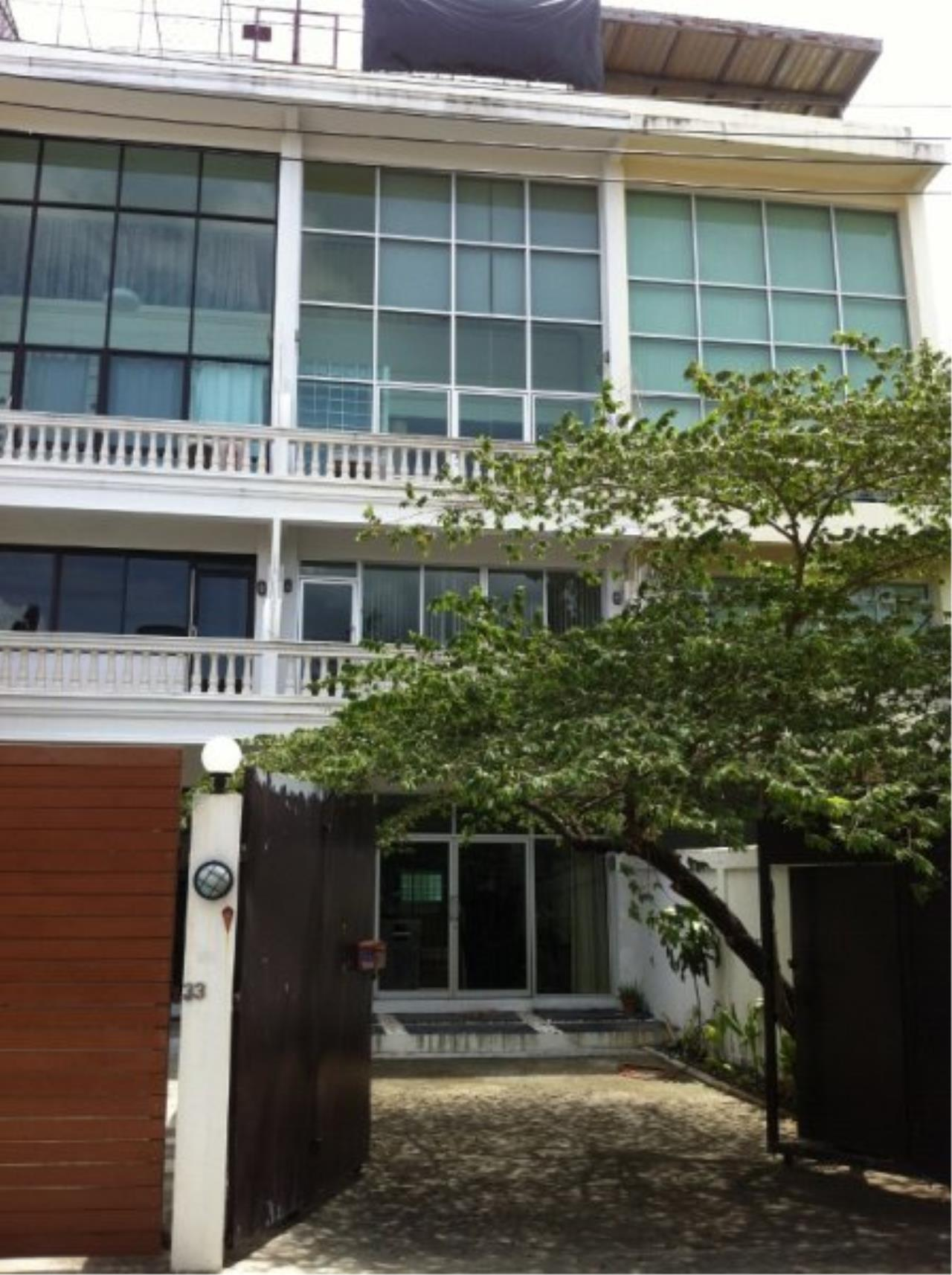 Piri Property Agency's Spacious 5 Bedrooms Townhouse in Sukumvit for rent 1