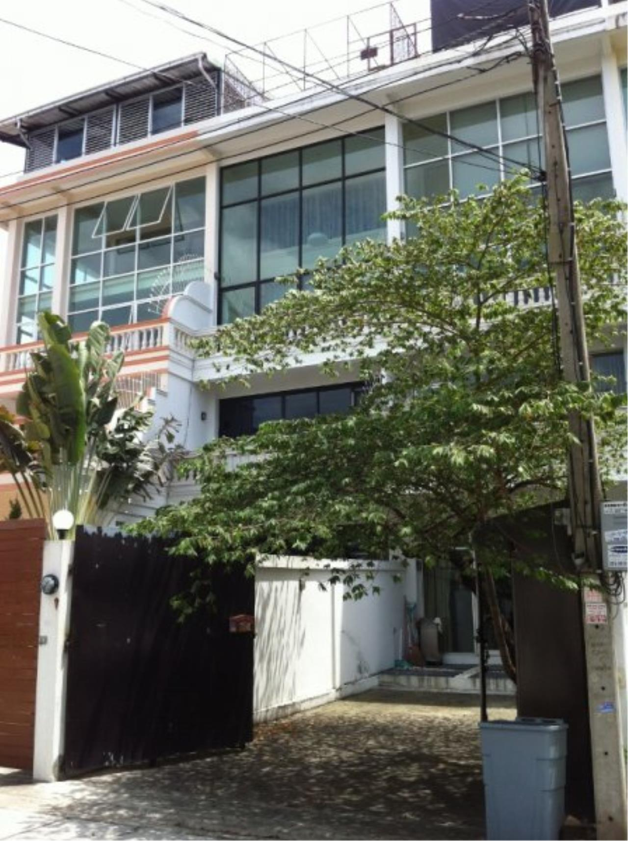 Piri Property Agency's Spacious 5 Bedrooms Townhouse in Sukumvit for rent 2