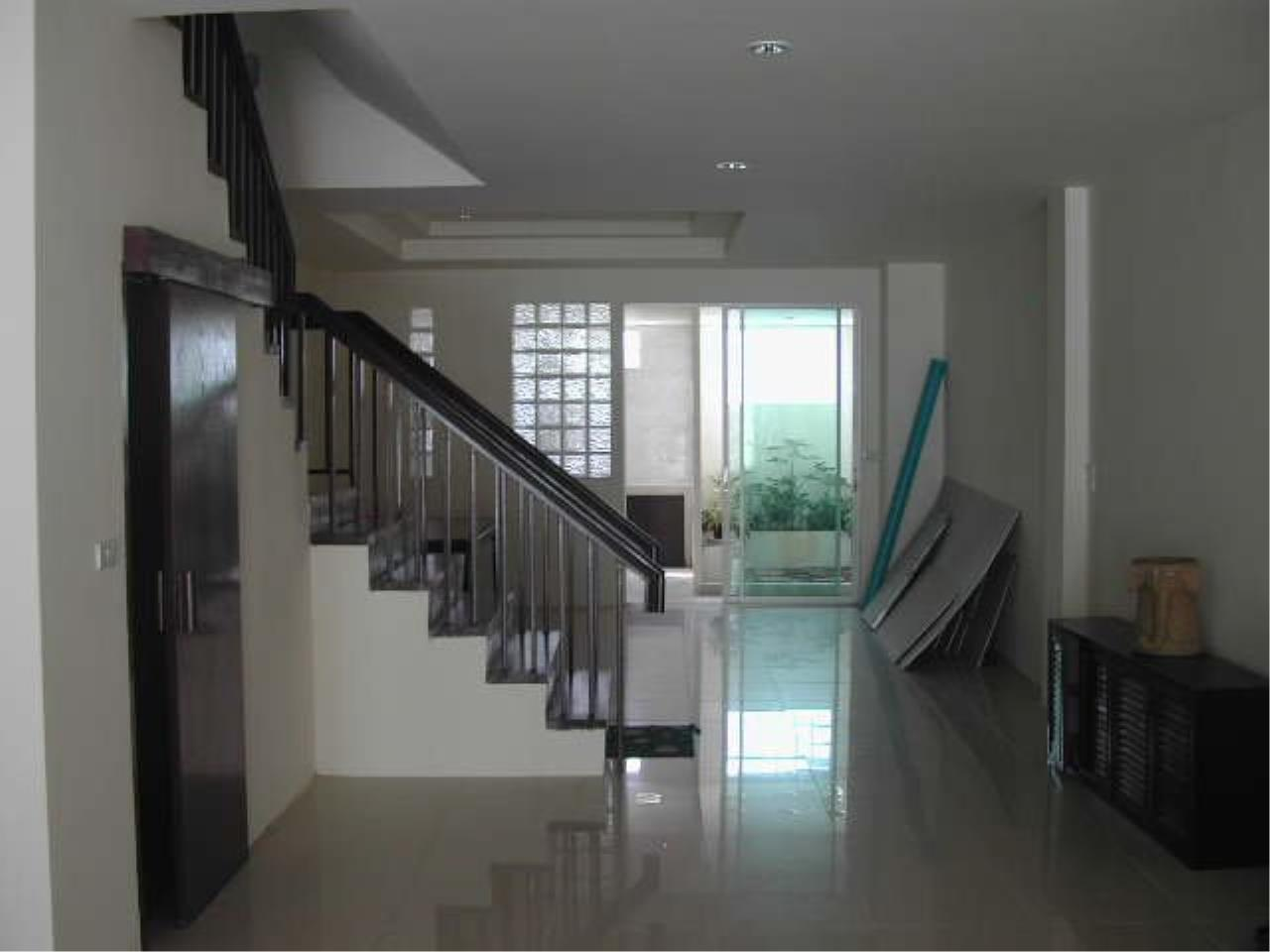Piri Property Agency's Spacious 5 Bedrooms Townhouse in Sukumvit for rent 4