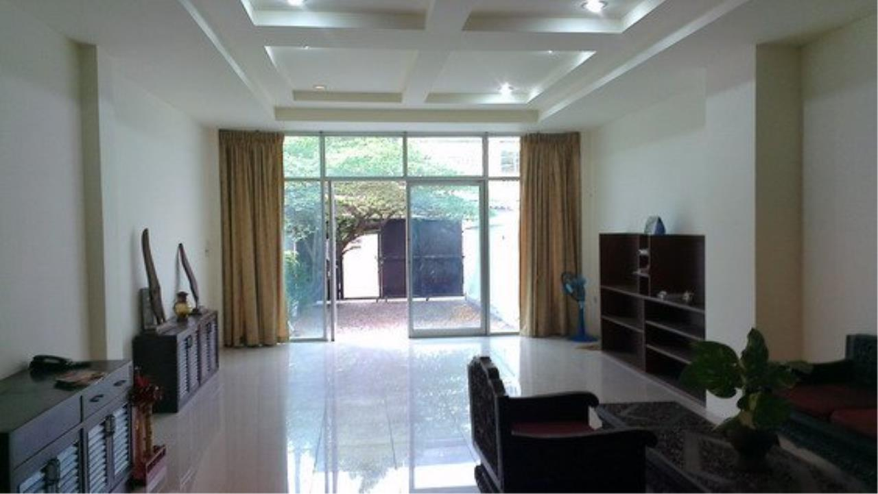 Piri Property Agency's Spacious 5 Bedrooms Townhouse in Sukumvit for rent 5