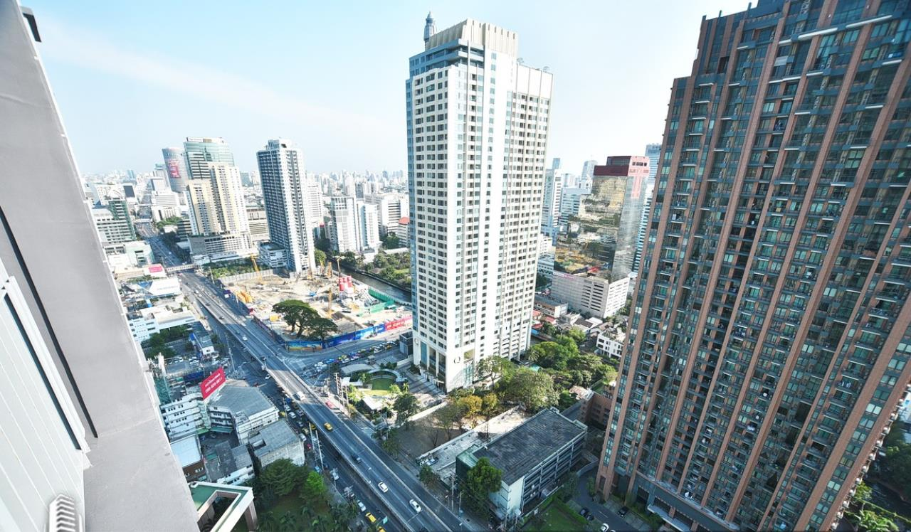 RE/MAX CondoDee Agency's Corner Unit For Rent in The Address Asoke 9