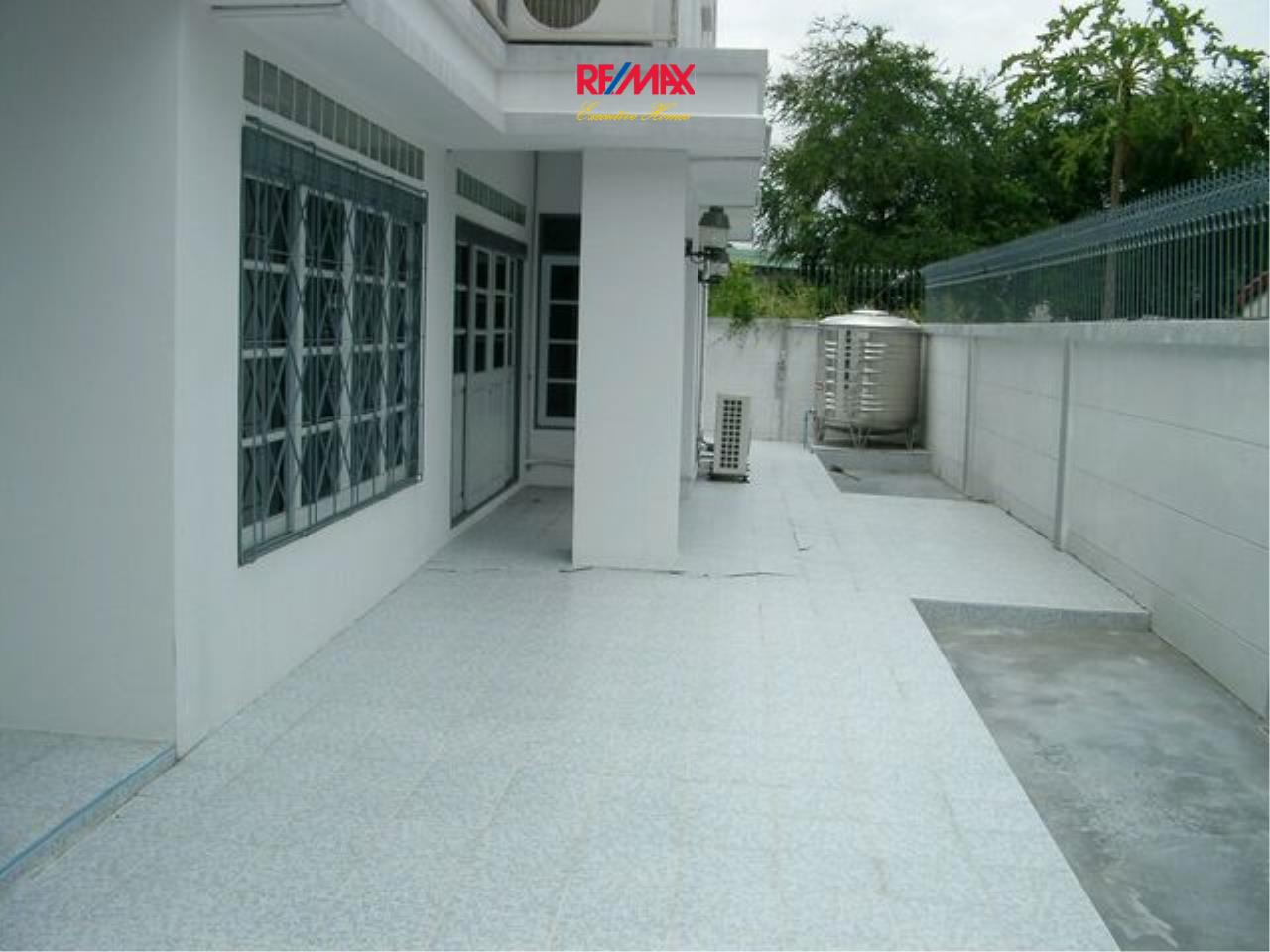 RE/MAX Executive Homes Agency's Spacious 5 Bedroom Townhouse for Sale Pattanakarn 57 2