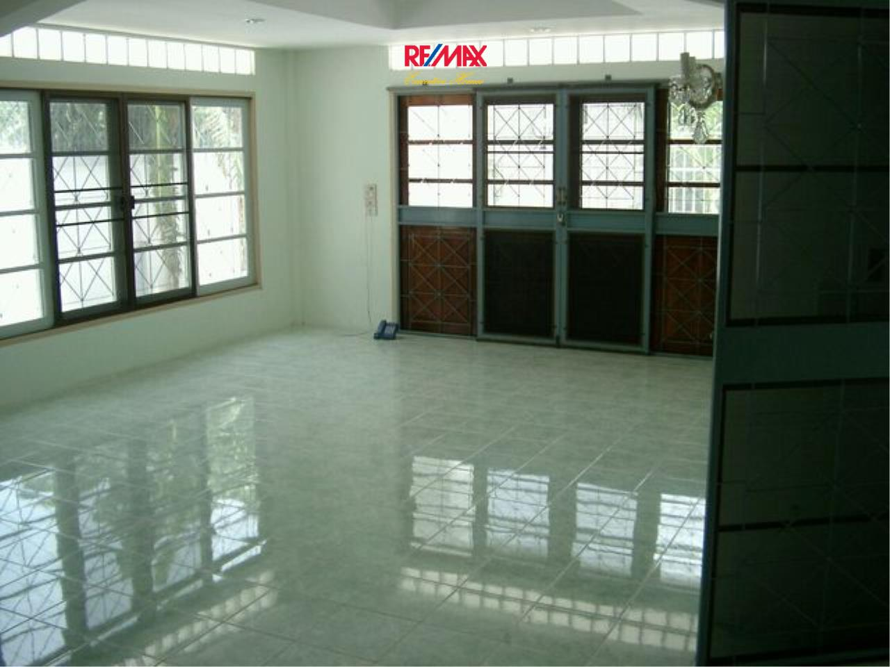 RE/MAX Executive Homes Agency's Spacious 5 Bedroom Townhouse for Sale Pattanakarn 57 5