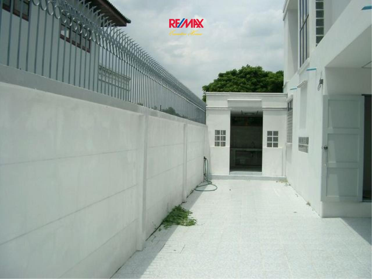 RE/MAX Executive Homes Agency's Spacious 5 Bedroom Townhouse for Sale Pattanakarn 57 4