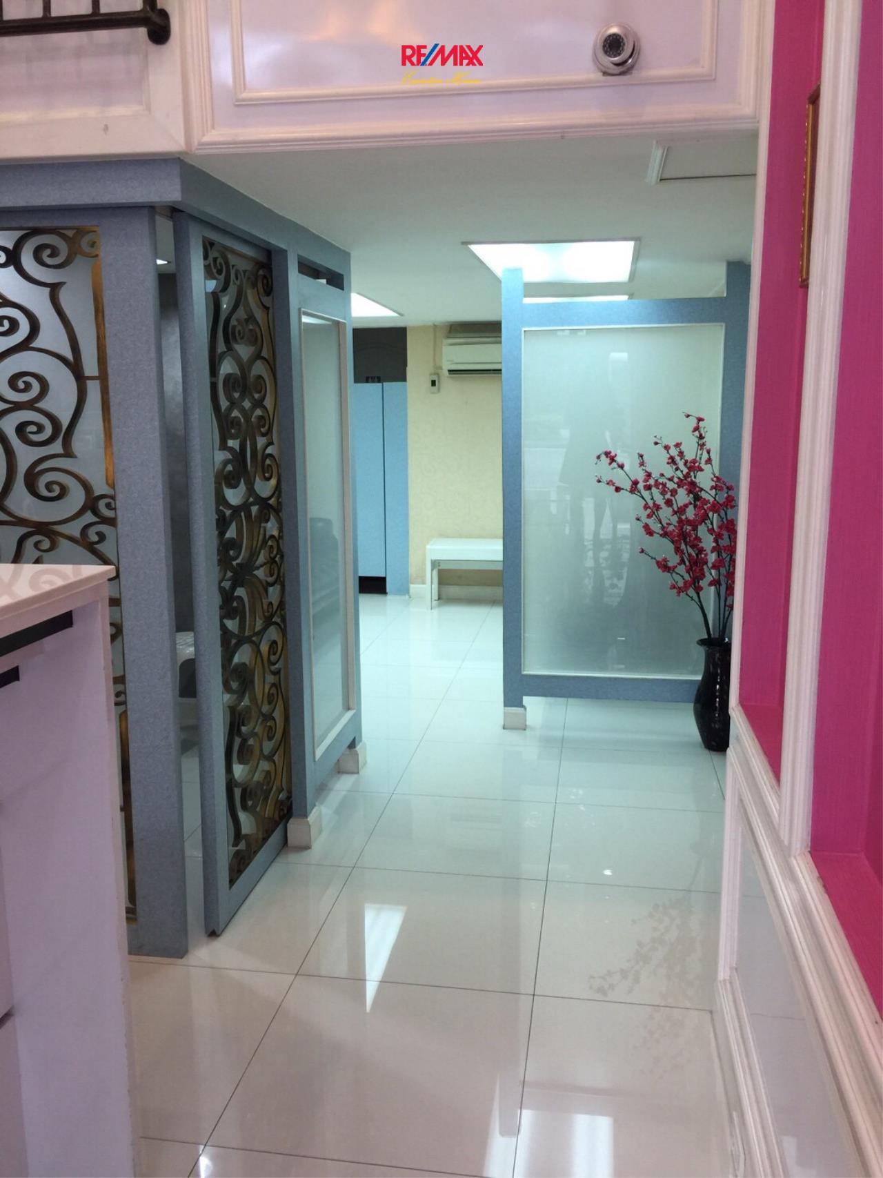 RE/MAX Executive Homes Agency's 4 Storey Shophouse in Ekamai 5