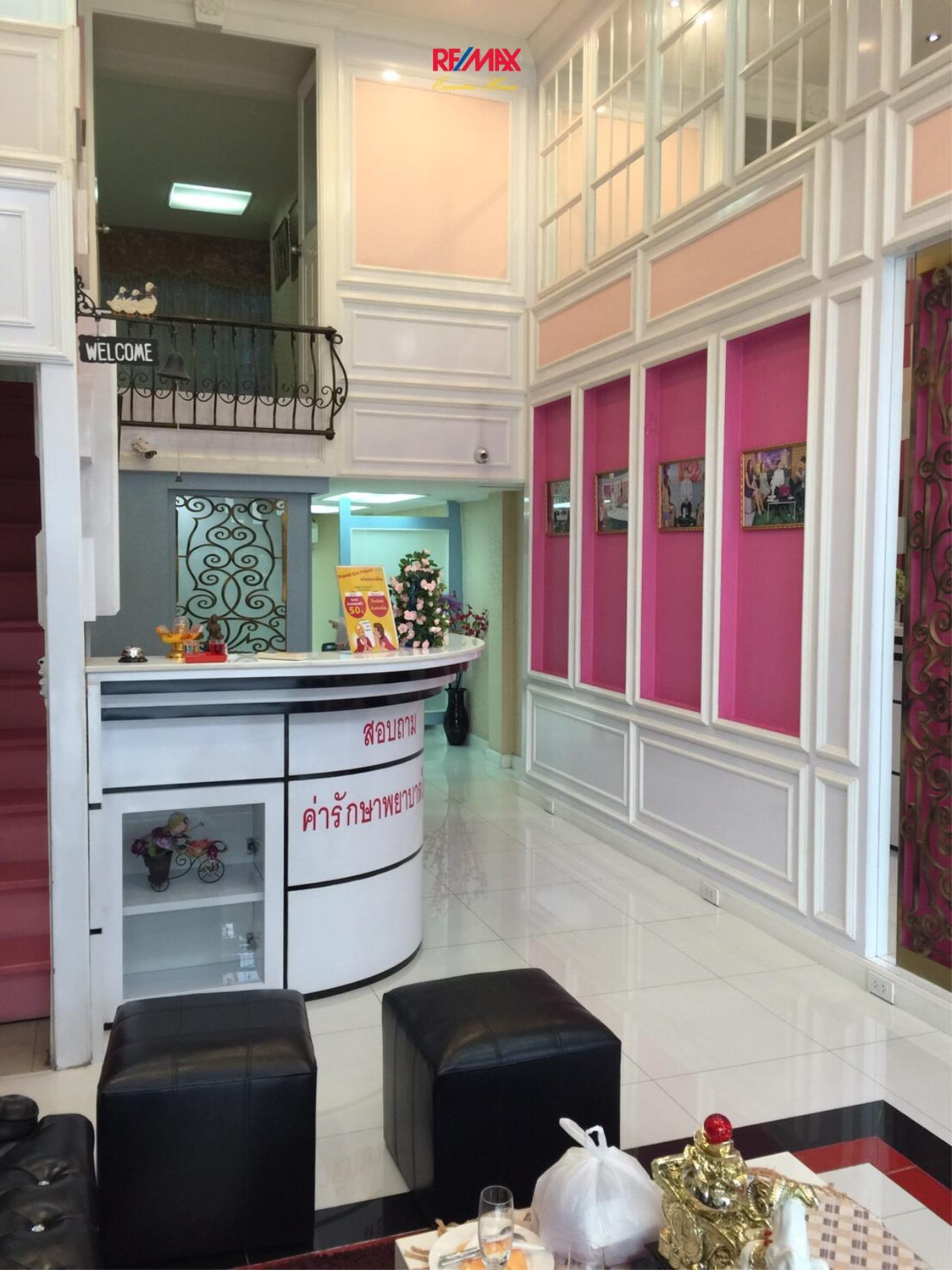 RE/MAX Executive Homes Agency's 4 Storey Shophouse in Ekamai 4
