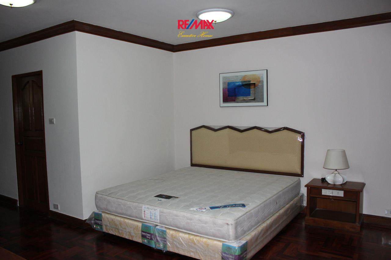 RE/MAX Executive Homes Agency's Spacious 3+1 Bedroom for Rent near BTS Phrom Phong 4