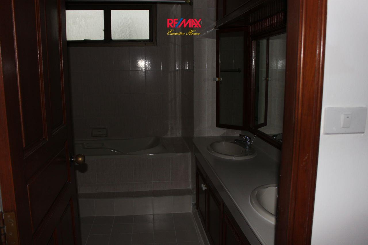 RE/MAX Executive Homes Agency's Spacious 3+1 Bedroom for Rent near BTS Phrom Phong 22