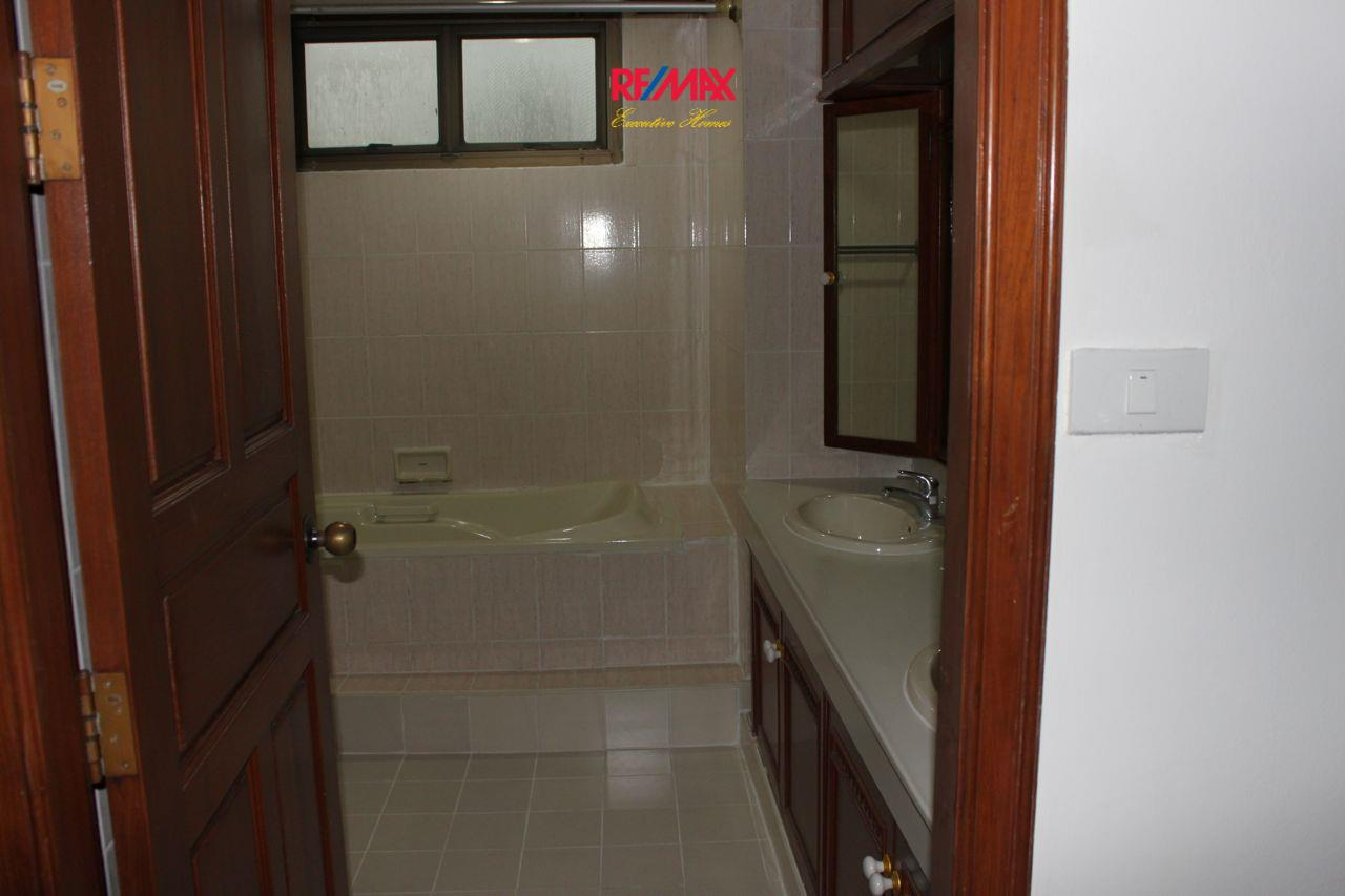 RE/MAX Executive Homes Agency's Spacious 3+1 Bedroom for Rent near BTS Phrom Phong 23