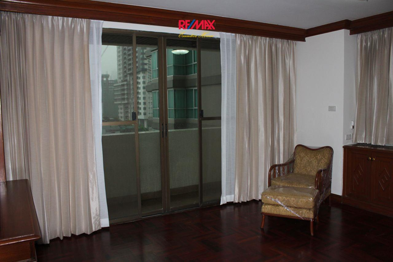 RE/MAX Executive Homes Agency's Spacious 3+1 Bedroom for Rent near BTS Phrom Phong 11