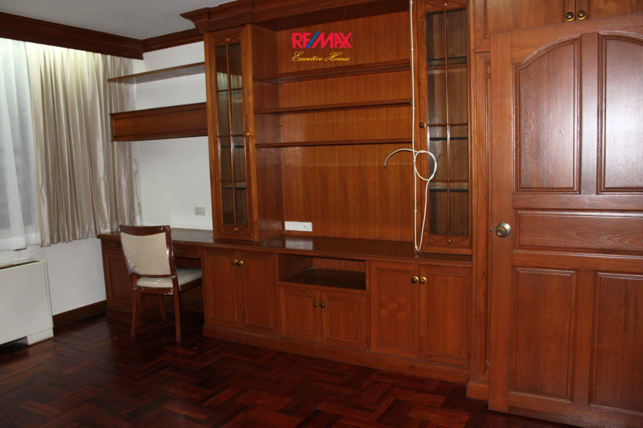 RE/MAX Executive Homes Agency's Spacious 3+1 Bedroom for Rent near BTS Phrom Phong 18