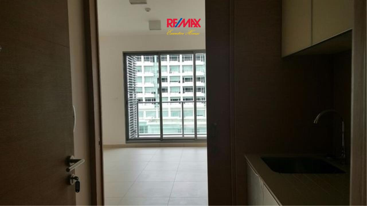 RE/MAX Executive Homes Agency's Partly Furnished Studio type Bedroom for Sale Lofts Ekamai 3