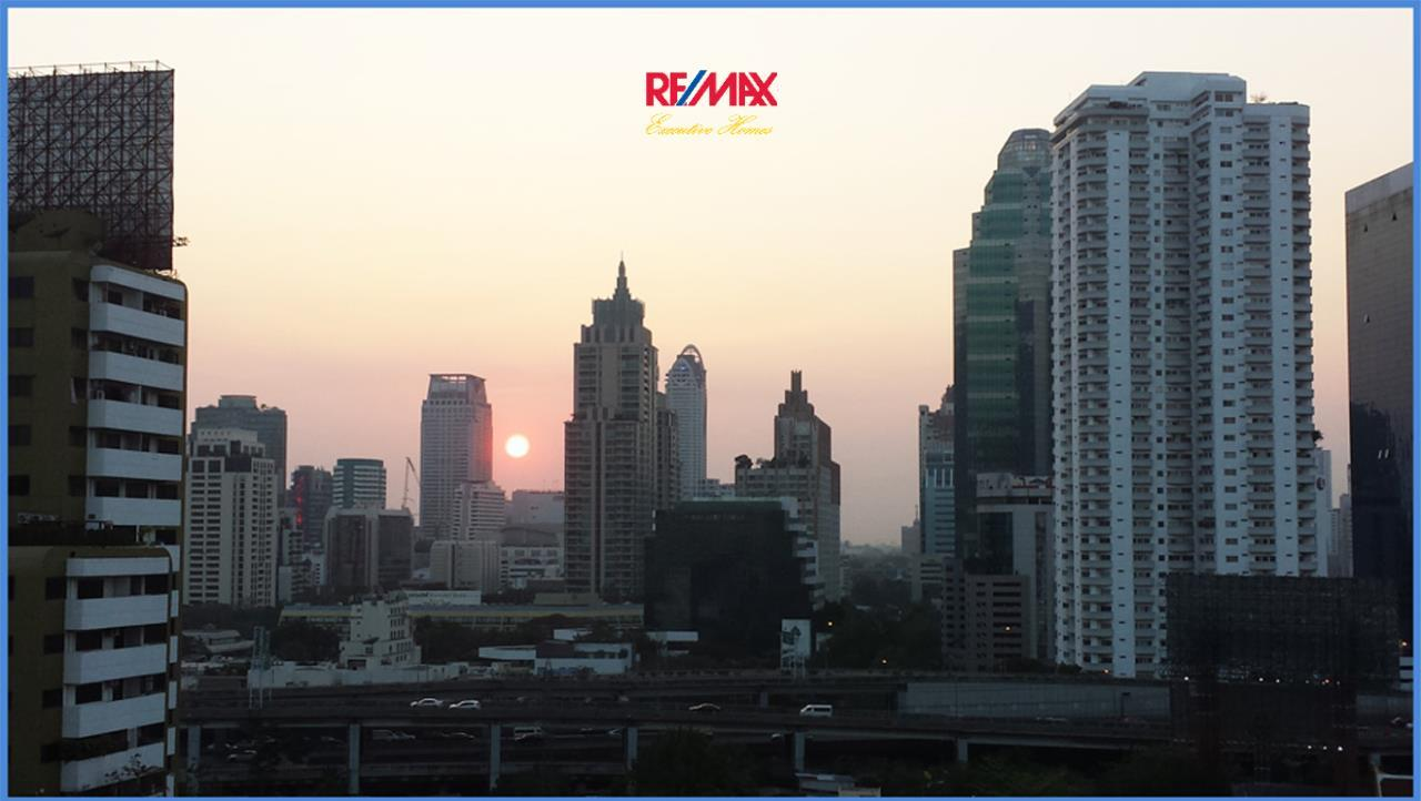 RE/MAX Executive Homes Agency's *EXCLUSIVE* 1 BED CORNER UNIT WITH LARGE BALCONY IN SUKHUMVIT SOI 1. FOR SALE 2