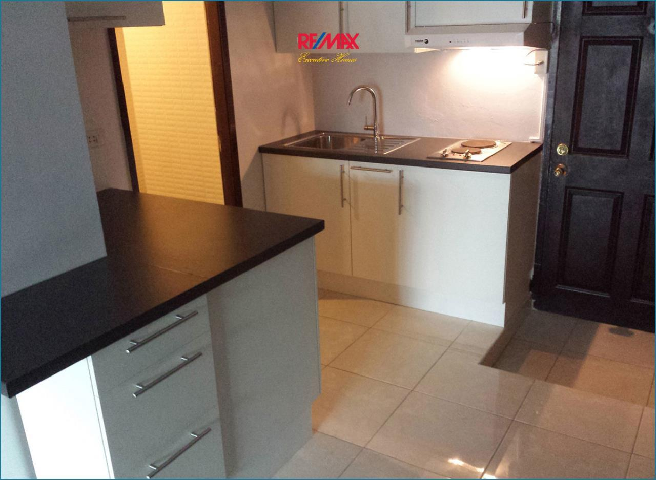 RE/MAX Executive Homes Agency's *EXCLUSIVE* 1 BED CORNER UNIT WITH LARGE BALCONY IN SUKHUMVIT SOI 1. FOR SALE 5