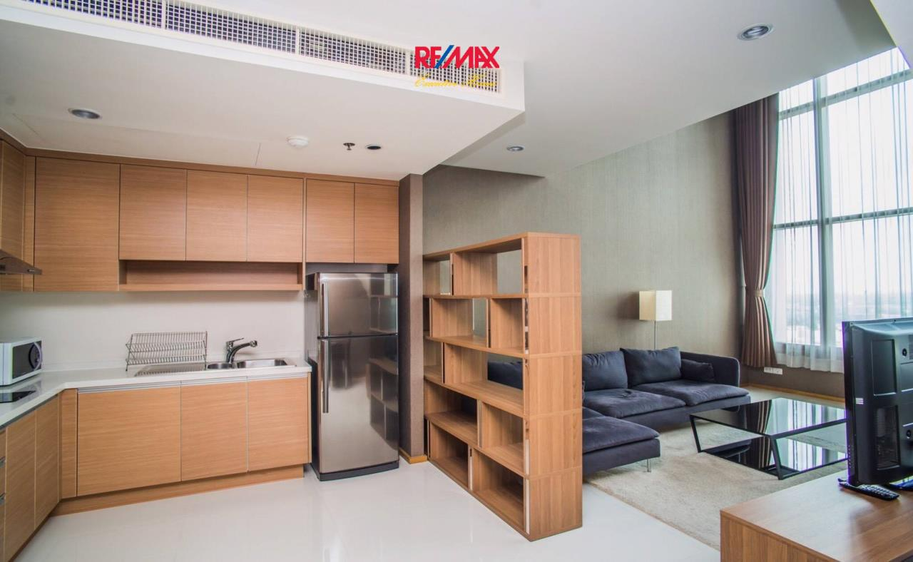 RE/MAX Executive Homes Agency's Spacious 1 Bedroom Duplex for Rent Emporio Place 4