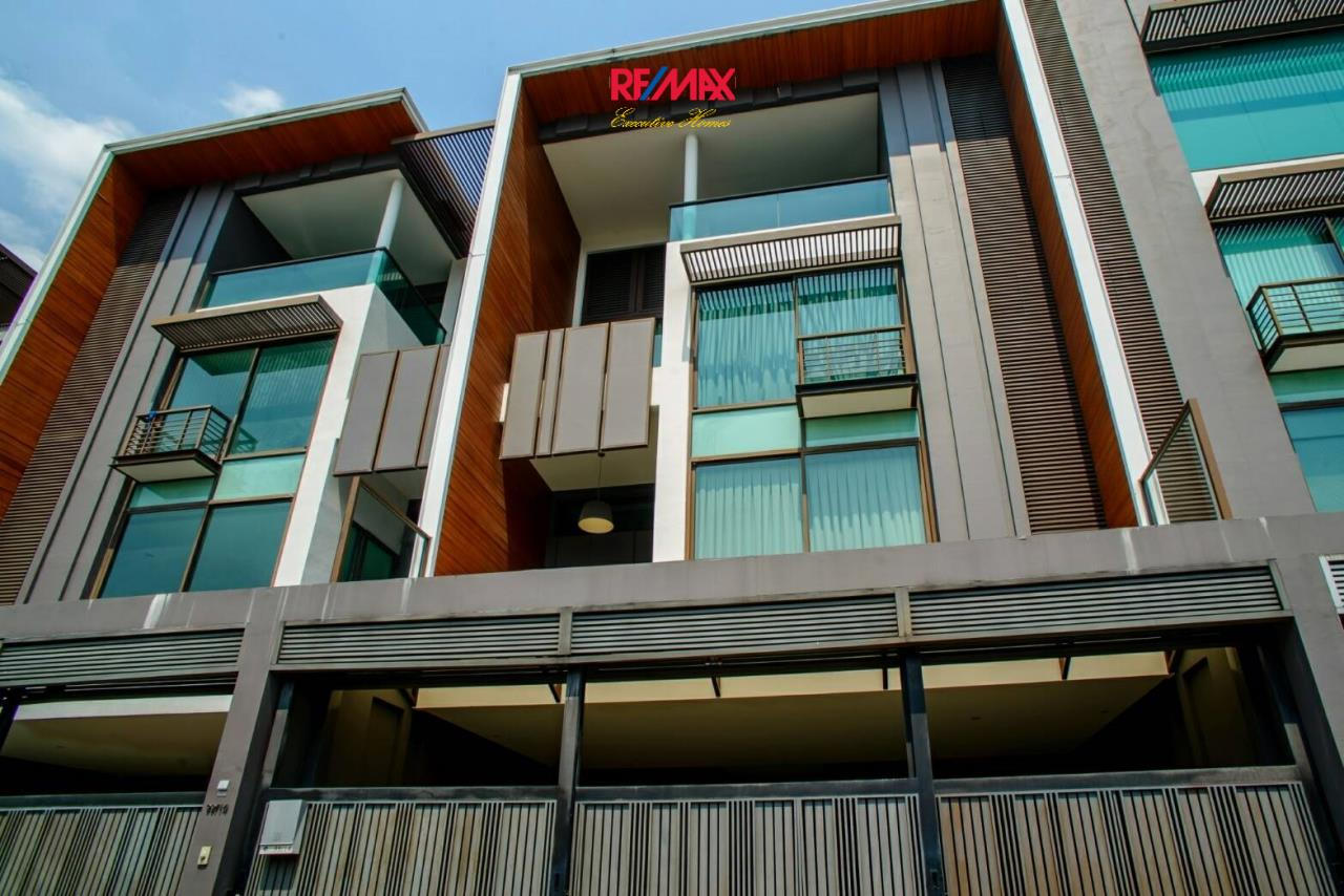 RE/MAX Executive Homes Agency's Stunning 4 Bedroom Townhouse for Rent near BTS Ekamai 2
